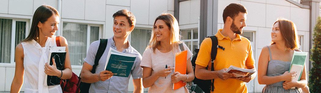 diplomakötésre menő egyetemisták